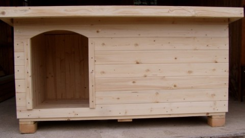 psí bouda s vchodem vlevo
