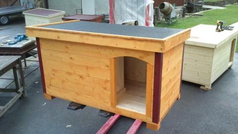 psí bouda s vchodem vpravo, krytinou a oplechovanými rohy