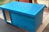 psí bouda modrá s vchodem vlevo