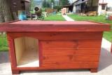 psí bouda s oplechovaným vchodem vlevo, odstín mahagon